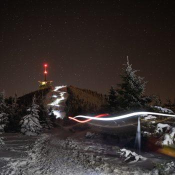 Světelný had běžců na Lysou horu